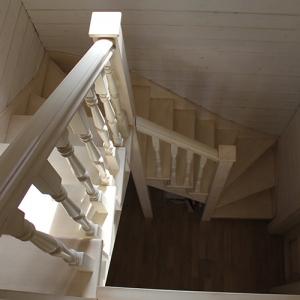 Какие балясины выбрать для деревянной лестницы: виды